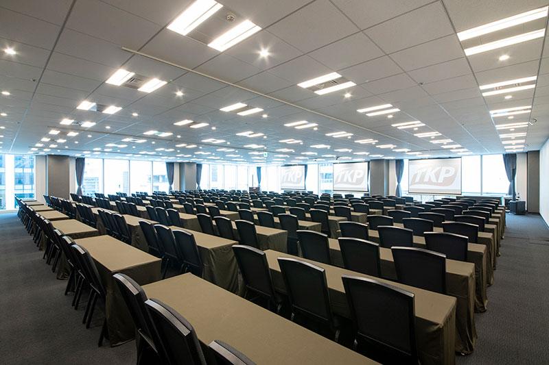 スクール形式で30名~270名以上収容の会議室