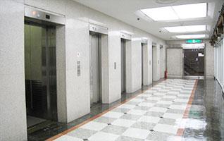 地上からはエレベーターでが来場ください