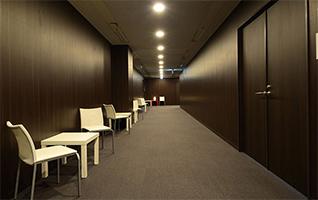ゆったりと落ち着いた雰囲気の廊下