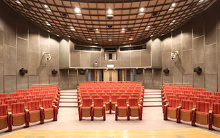 高さ8mのドーム型天井の劇場空間と音響設備