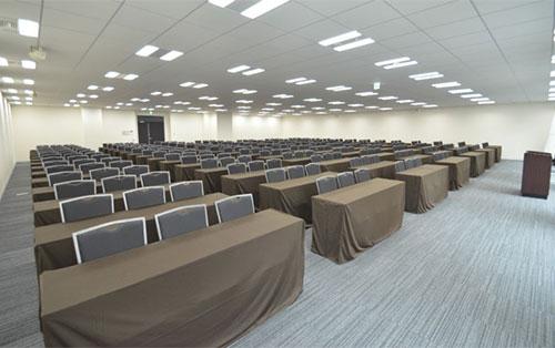 スクール形式で最大285名を収容可能な大会場