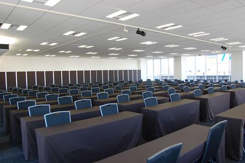 スクール形式で最大180名を収容可能な大会場