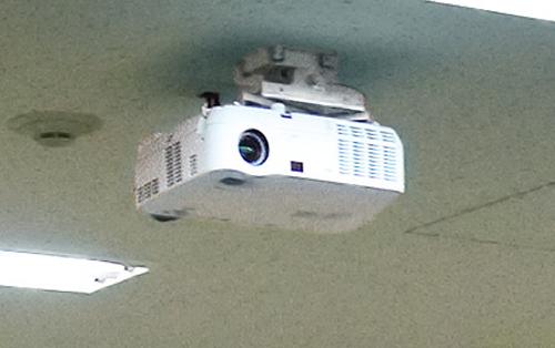 天井吊り下げ型プロジェクター無料!