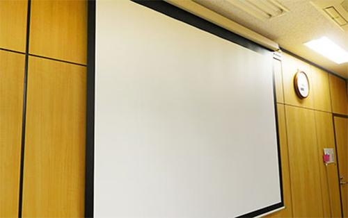 天井吊り下げ型スクリーンが無料!