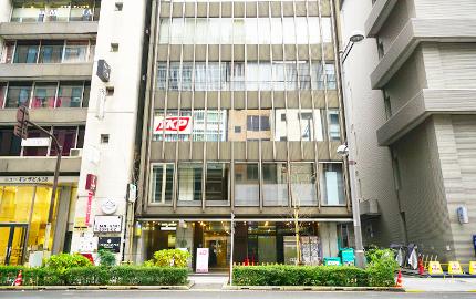 新橋駅5出口から徒歩約5分!